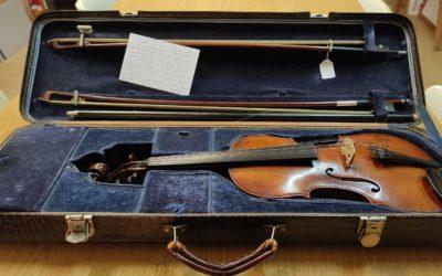 El músic Antonio Guinjoan dona un violí al CERAP